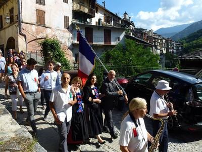 La confrérie des bergers, suivie de la population, se dirigent vers la collégiale pour la grand messe