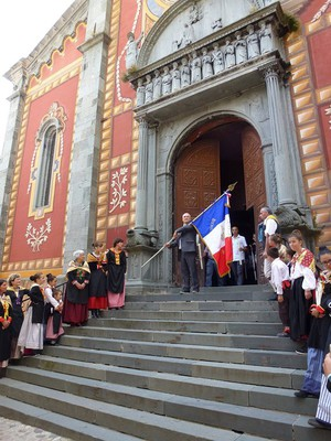 Le prieur de l'année précède la procession dans les rues.
