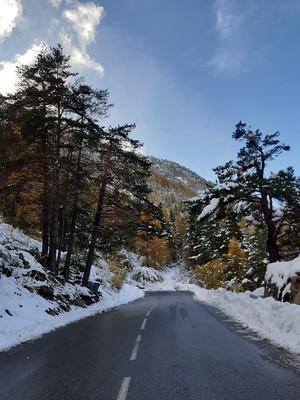 La route bien en dessous du lac des Mesches