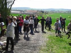 les marcheurs écoutent Bernard GEORGES qui explique la présence de la stèle